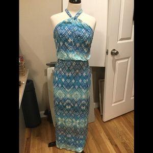 Sleeveless maxi dress with halter tie.